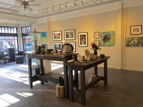 Saranac Lake, Nova York: The gallery is located in a historic building that once was a grocery store.