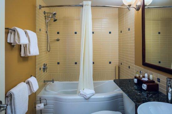 Summerland, Canadá: Studio Suite Bathroom