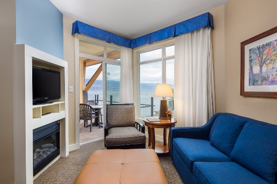 Summerland, Canada: One Bedroom Suite Living Room with Balcony & Lake View