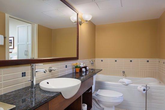 Summerland, Canada: One Bedroom Suite Bathroom