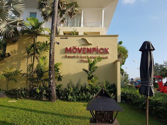 Movenpick Resort & Spa Karon Beach Phuket: Este lado da a la avenida, cruzando se encuentra la playa
