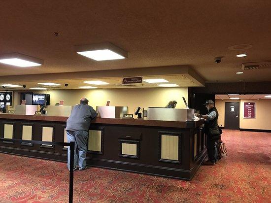 Edgewater Hotel & Casino: 大廳櫃檯