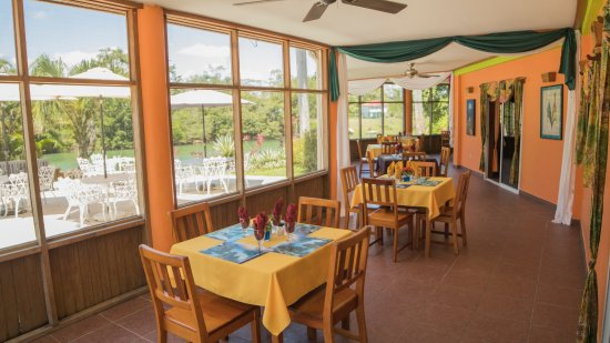 Burrell Boom, Belize: PanDiRiva Restaurant screened in Veranda overlooking the Belize River