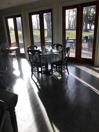 Cromwell Manor Historic Inn: breakfast room