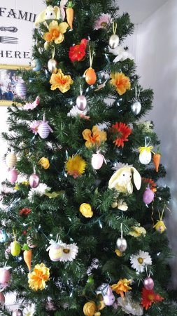 "Springfield, Oregón: ""Christmas"" tree decorated for Easter"