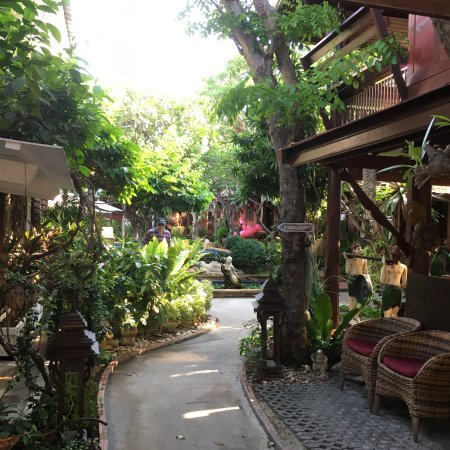 Ruenkanok Thai House: gorgeous garden setting