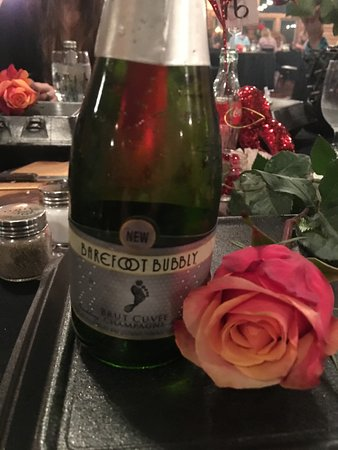 Nevada, MO: Valentines day special included Bubble brute champagne and roses for the ladies.