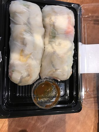 Redcliffe, Australia: These are bad photos of your only healthy option at terminal 4. I am very glad that the nice gir