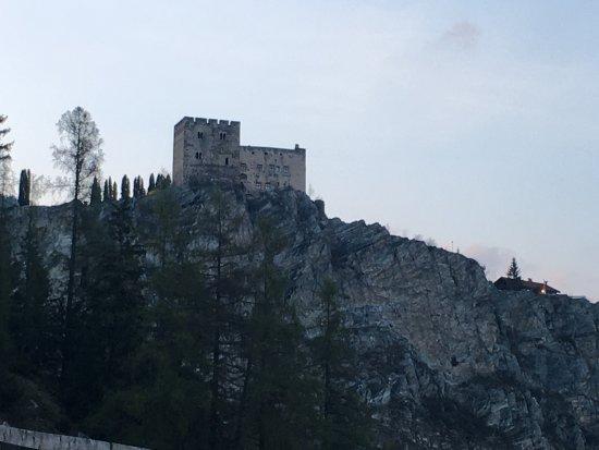 Ladis, Austria: Rechts von der Burg die drei Klettersteige