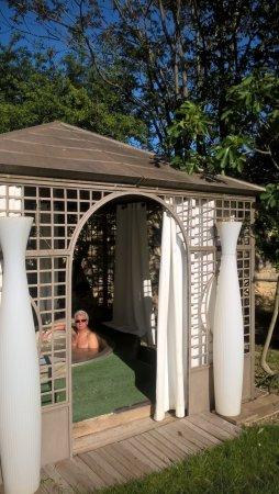 Arpaillargues, France: jaccuzi a coté de la piscine