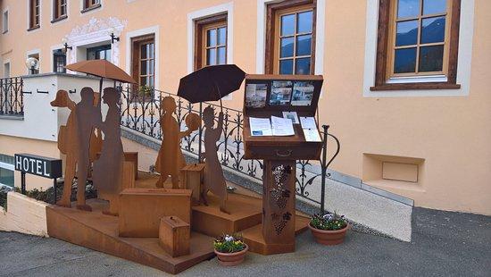 Mustair, Switzerland: Der Kunstvolle Eingangsbereich vom Hotel Helvetia