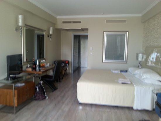 Atrium Platinum Hotel: חדר מרווח מאוד דלקס עם מרפסת פונה לים ולבריכה מומלץ