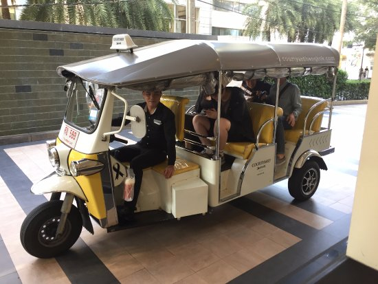 Courtyard by Marriott Bangkok: free tuk-tuk rides from the hotel to near malls and train stations
