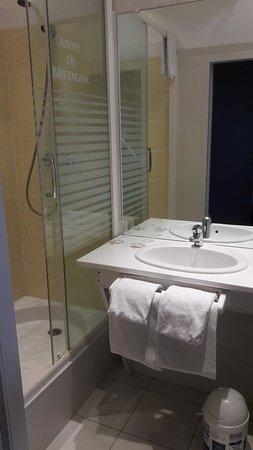 Hotel Anne De Bretagne : Le bac de douche est bien haut