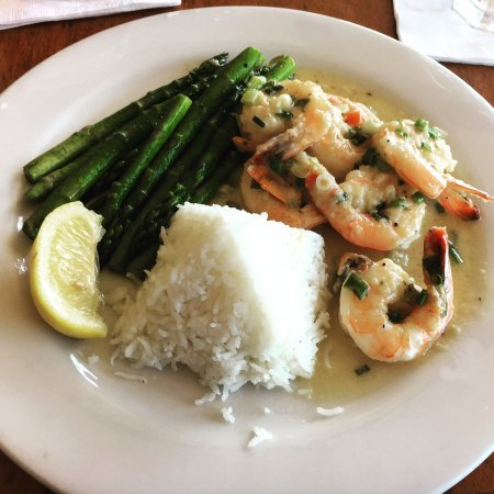 Miramar Beach Restaurant and Bar : Scampi in white wine sauce with vegetables