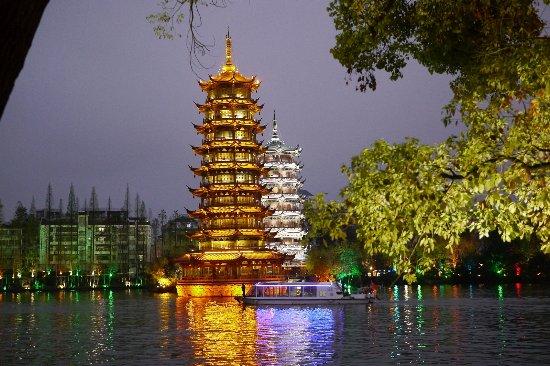 Lijiang Waterfall Hotel: ホテルの前を出ると