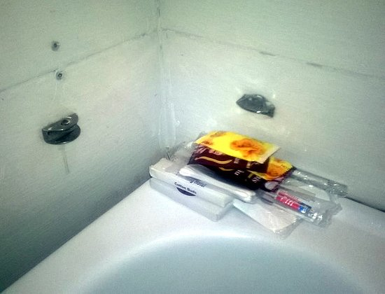 Hanoi Charming Hotel: Missing shelf = wet toiletries on the sink
