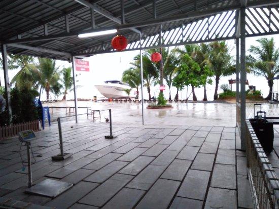 Lomprayah: บริเวณด้านนอกที่เป็นถนนก่อนเข้ามาบริเวณเช้คอินตั๋ว