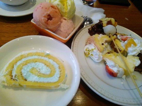 Moriguchi, Japón: 甘塩っぱい水色のロールケーキ春なので桜味のアイスとロールケーキは絶品でした