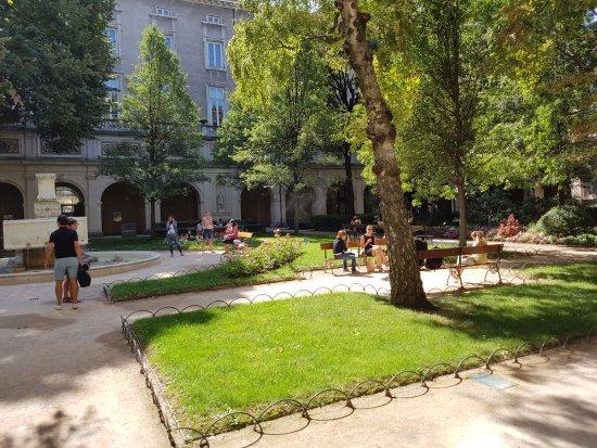 Le Palais Saint-Pierre, jardin d'une ancienne abbaye ...