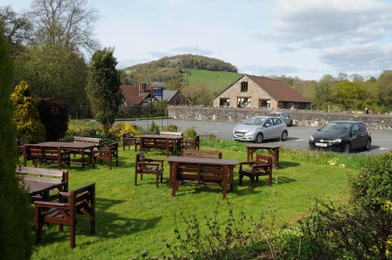 BEST WESTERN Royal George Hotel: Outside seating area with good views to surrounding hills