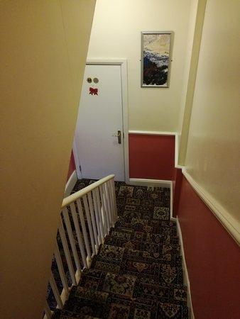 Bakers Hotel: Hôtel moyen.. Fuite au niveau de l évacuation du lavabo Petit déj très moyen.. Simple vitrage bo