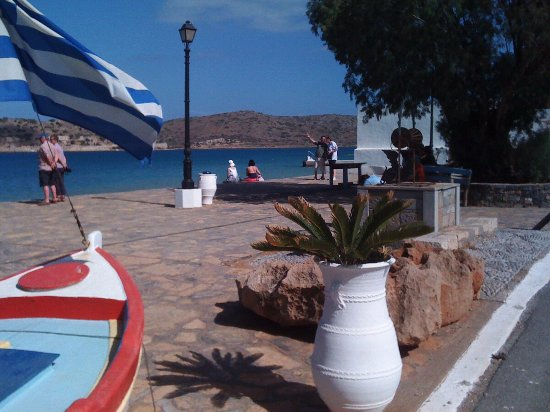Elounda, Greece: Little blue train stops and you can enjoy a walking to Plaka