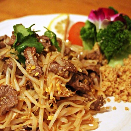 Pataya Restaurant: Come enjoy our delicious Phad Thai Nuea! Sweet noodles with beef, crunchy peanut and fresh lemon