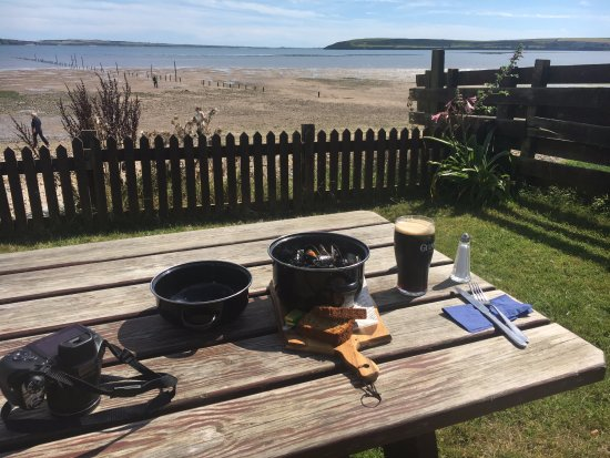 Woodstown, Ireland: Guiness and Mussels in the sunshine!!