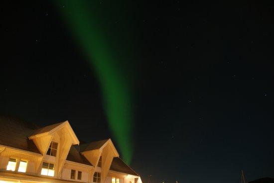 Hamn in Senja: Nordlicht über dem Hotel