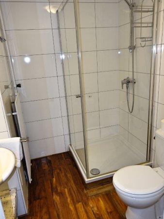 Douche en wc in kleine badkamer. - Picture of Meneer van Eijck ...