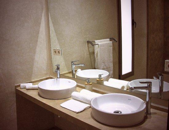 Salle de bain des villas individuelles, mur en Tadelakt et douche ...