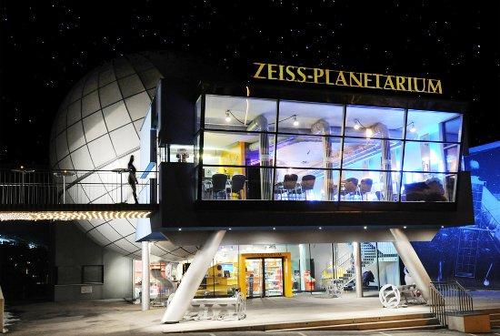 Schwaz, Austria: Aussenansicht bei Nacht
