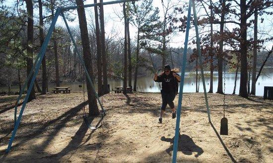 Auburn, AL: Cristina disfrutando de los juegos del parque, que mejor que columpiarse en orilla del lago