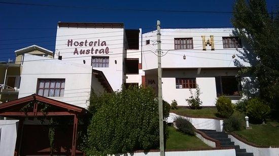 Hosteria Austral: Fachada da Hostería Austral, e a escadaria a ser subida