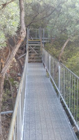 Fingal Bay, Australia: The metal walkways
