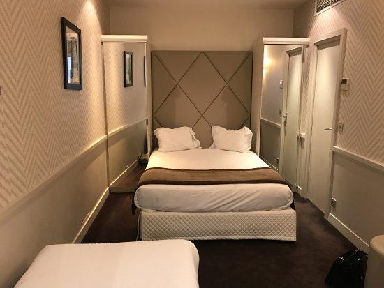 Hotel Longchamp Elysees : Double bed in Triple room, 1st floor