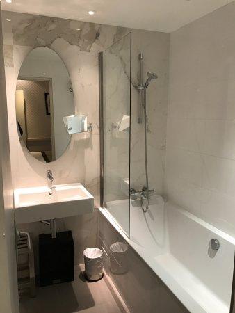 Hotel Longchamp Elysees : Bathroom in Triple room, 1st floor