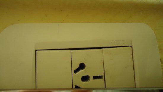 Hostal Malvinas : a tomada do banheiro atrás do espelho inutilizada