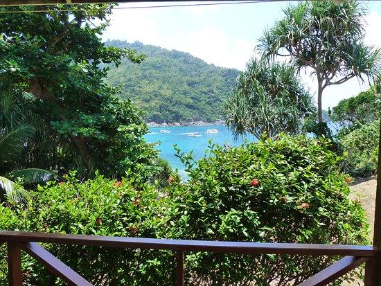 Bungalow Raya Resort: Vue sur la mer depuis le bungalow
