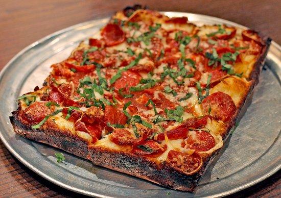 Plymouth, ميتشجان: Deep dish brick oven pizza