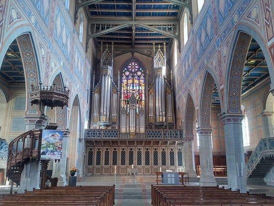 St. Laurenzen: Blick auf den Altar mit der Orgel