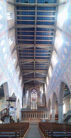 St. Laurenzen: Bildeindruck von Decke und Altarbereich
