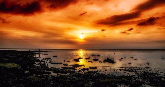 Bailan Beach Resort: Sunset devant l'hôtel