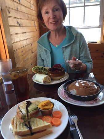 Arden, NC: Mary Jo had the El Laredo wrap with the beet soup (cold). I had the Caprese sandwich. We shared