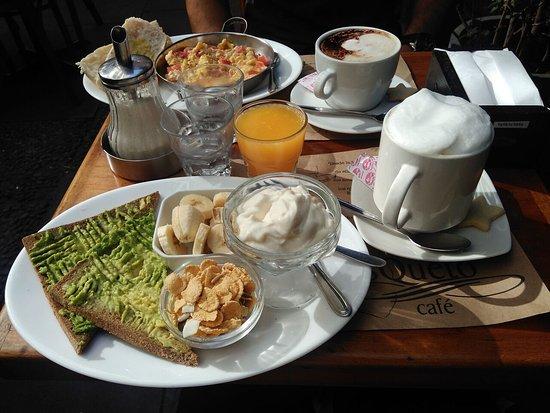 Café Mosqueto: Paila huevos con tomate/Moccacino, Tostadas con palta, yoghurt, plátano, cereal/capuccino doble