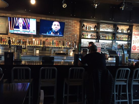 Burnsville, Миннесота: Interior bar photo, they pride themselves on wide beer selection.