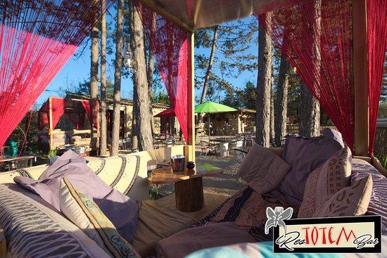 Ваньяс, Франция: Terrasse ombragée, espaces détente, jeux pour enfants ...