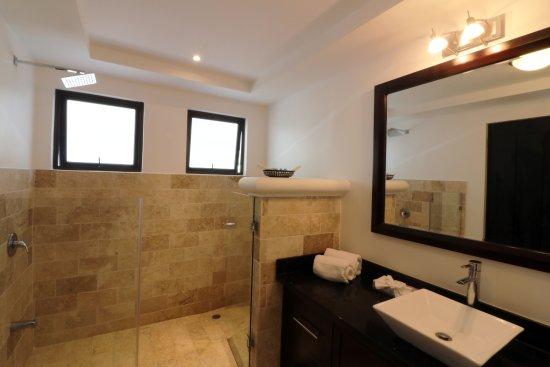 Shana By The Beach, Hotel Residence & Spa : Bathroom in Superior room