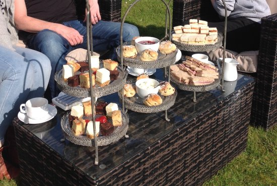 Virginia Court Hotel: Fabulous afternoon tea in a the hotel garden.